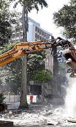 Aluguel de escavadeira hidráulica com pulverizador